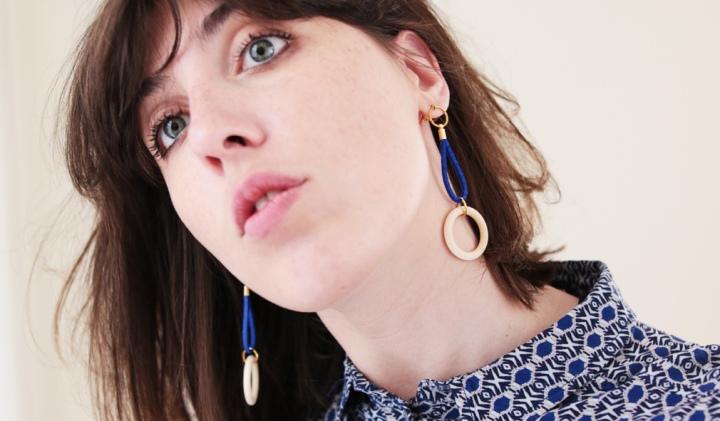 DIY Bijoux : des boucles d'oreilles graphiques en bois et fil desuède